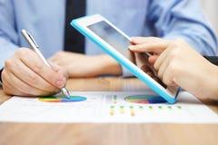 Deux associés travaillant ensemble sur des données commerciales de société avec merci Image stock