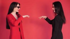 Deux associ?s se serrant la main d'accord sur le fond rouge banque de vidéos