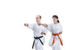 Deux athlètes dans le karategi forment le bras de poinçon Photo stock