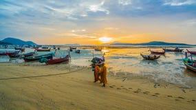 deux aumône de marche de moines sur la plage photo libre de droits
