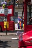 Deux autobus à impériale de Londres se sont garés sur Regent Street avant Pride Parade gai 2018 Des drapeaux colorés d'arc-en-cie Photo libre de droits