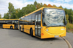 Deux autobus urbains jaunes de ville Photos stock