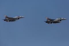 Deux avions à réaction F-16 image libre de droits