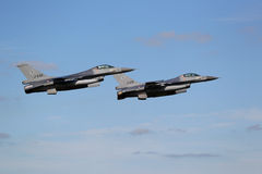 Deux avions de chasse F-16 dans la formation Photographie stock