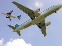 Deux avions de ligne dans la grande proximité   Photos stock