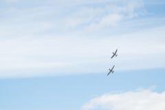 Deux avions de tête brûlée dans le ciel Photo stock