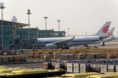 Deux avions sur le terminal de l'aéroport international de Pékin, Chine Photographie stock