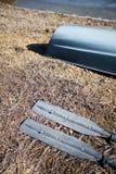 Deux avirons avec les lames en aluminium se trouvant au sol image stock