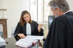Deux avocats lors de la réunion Photo libre de droits