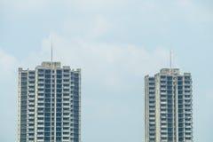 Deux bâtiments abandonnés avec le fond de ciel bleu Image libre de droits
