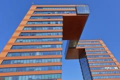 Deux bâtiments administratifs, reliés par une transition difficile au niveau des rangées supérieures Image libre de droits