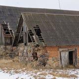 Deux bâtiments avec les toits endommagés Photos stock