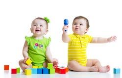 Deux bébés adorables jouant avec des jouets toddlers images libres de droits