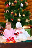 Deux bébés jouant avec des cadeaux de Noël Photographie stock