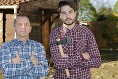 Deux bûcherons d'amis dans la forêt avec la hache Photo libre de droits