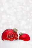 Deux babioles de Noël avec l'effet de la lumière de bokeh Photos stock
