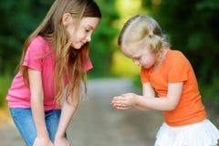 Deux babyfrogs contagieux adorables de petite fille Photo stock