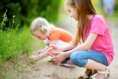Deux babyfrogs contagieux adorables de petite fille Images stock