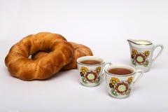 Deux bagels et tasses avec le thé Image stock