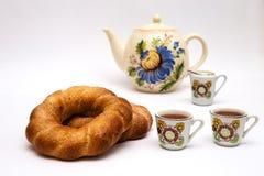 Deux bagels et tasses avec le thé Photos stock