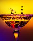 Deux baisses de l'eau dans Crystal Champagne Glass Image stock