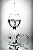 Deux baisses de verres à vin et d'eau Photographie stock