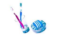Deux balais et savon bleu Photographie stock libre de droits