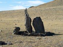 Deux balbals avec les barrières en pierre en steppe, endroit sacré photographie stock