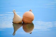 Deux balises reflétées dans l'eau photographie stock libre de droits