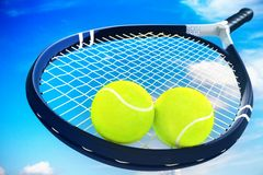 Deux balles de tennis et raquettes sur le ciel bleu de nuage Image libre de droits
