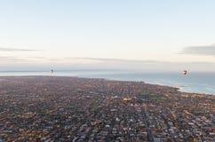 Deux ballons à air chauds au-dessus de bayside de Melbourne Photos stock