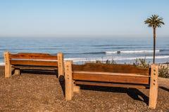 Deux bancs à la plage de négligence de clair de lune de point de vue image stock