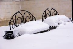 Deux bancs couverts de neige photographie stock libre de droits