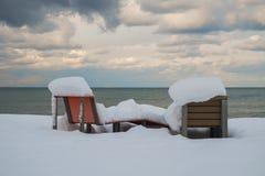 Deux bancs couverts par neige Photos stock