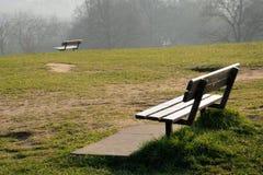 Deux bancs vides en brouillard Photo libre de droits