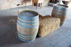 Deux barils en bois à la ferme photo stock