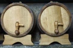 Deux barils en bois de chêne sur des supports photographie stock libre de droits
