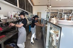 Deux barman de femelles - serveuse images libres de droits