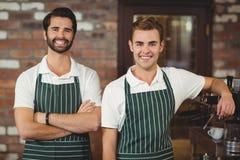 Deux barman de sourire regardant l'appareil-photo Photos stock