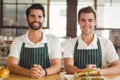 Deux barman de sourire regardant l'appareil-photo Photographie stock