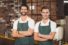 Deux barman de sourire regardant l'appareil-photo Image libre de droits