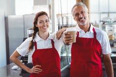 Deux barman souriant à l'appareil-photo Photographie stock libre de droits