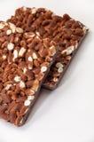 Deux barres de chocolat avec du riz cuit à la vapeur sur un fond blanc Images libres de droits