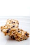 Deux bars de granola d'une plaque blanche photo libre de droits
