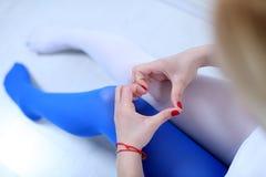 Deux bas de couleurs et un coeur des mains Photo stock