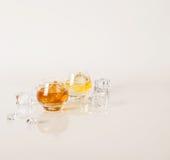 Deux bas verres ronds avec des alcools et la glace d'or différents mettent bas Photos libres de droits