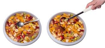 Deux bassins de salade de fruits saine photo stock