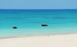 Deux bateaux à rames de vintage sur l'eau dans l'océan Images libres de droits