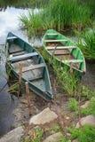 Deux bateaux à rames sur le rivage boueux de rivière Photo stock