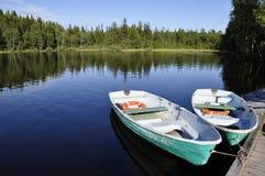 Deux bateaux à rames sur un lac en Carélie du nord Image libre de droits